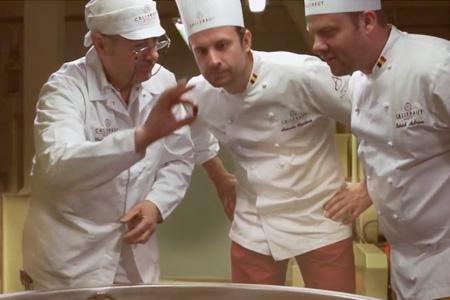 チョコレートの製造工程でバリーカレボー社のマイスターが厳しく品質をチェック
